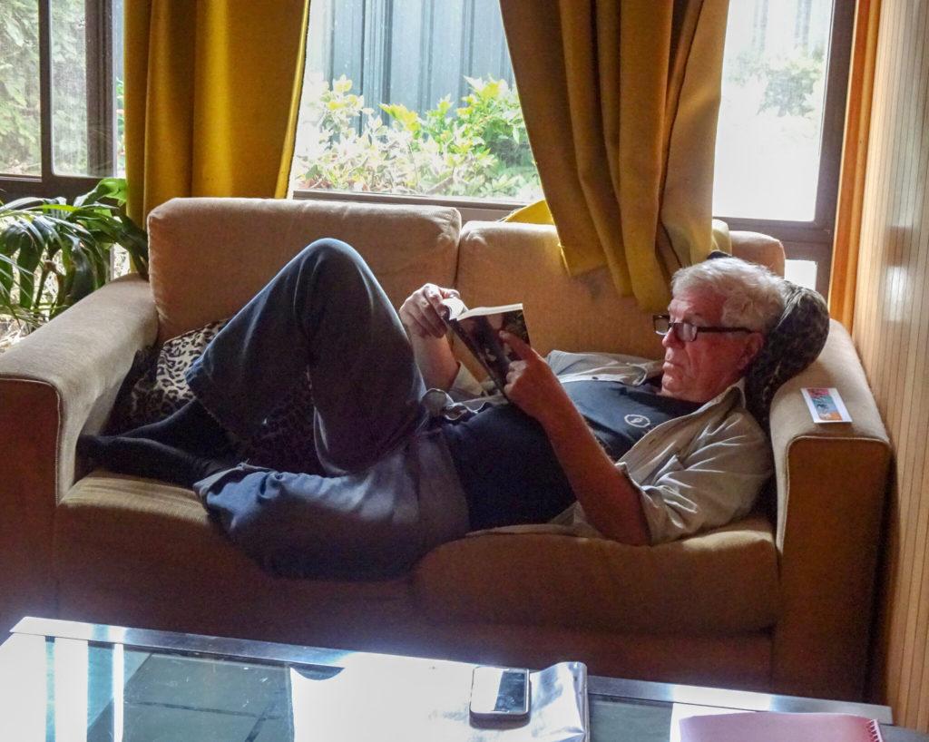 Un homme en train de lire, même si confiné, quand même à l'abri de la Covid-19.